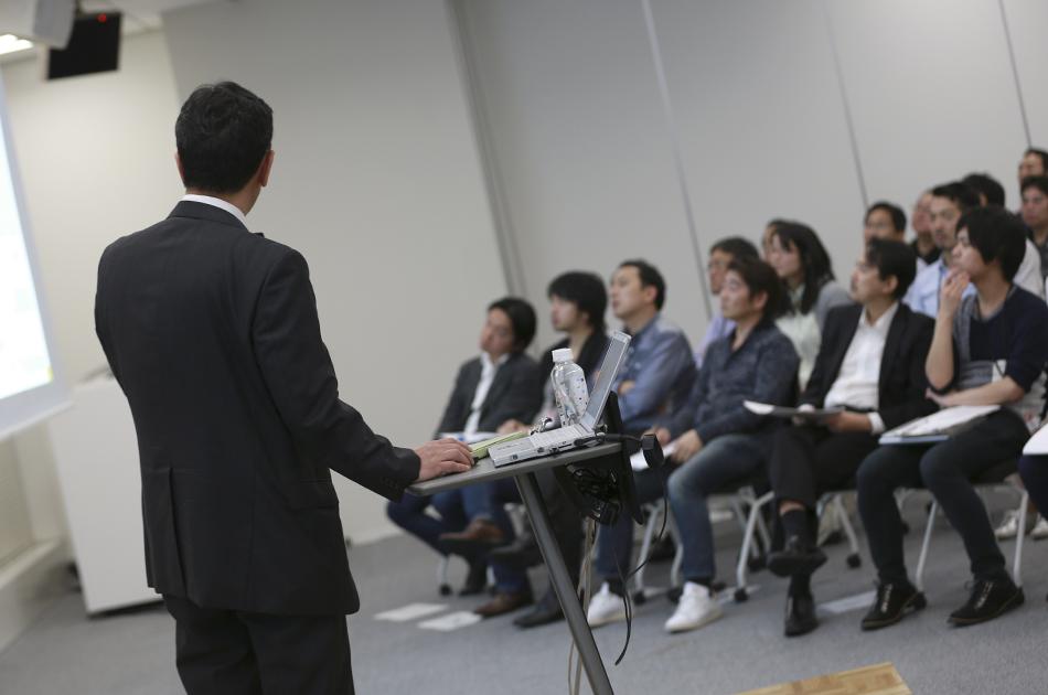 ヤフー社員を前に講演する東京電力の増田さんの後姿