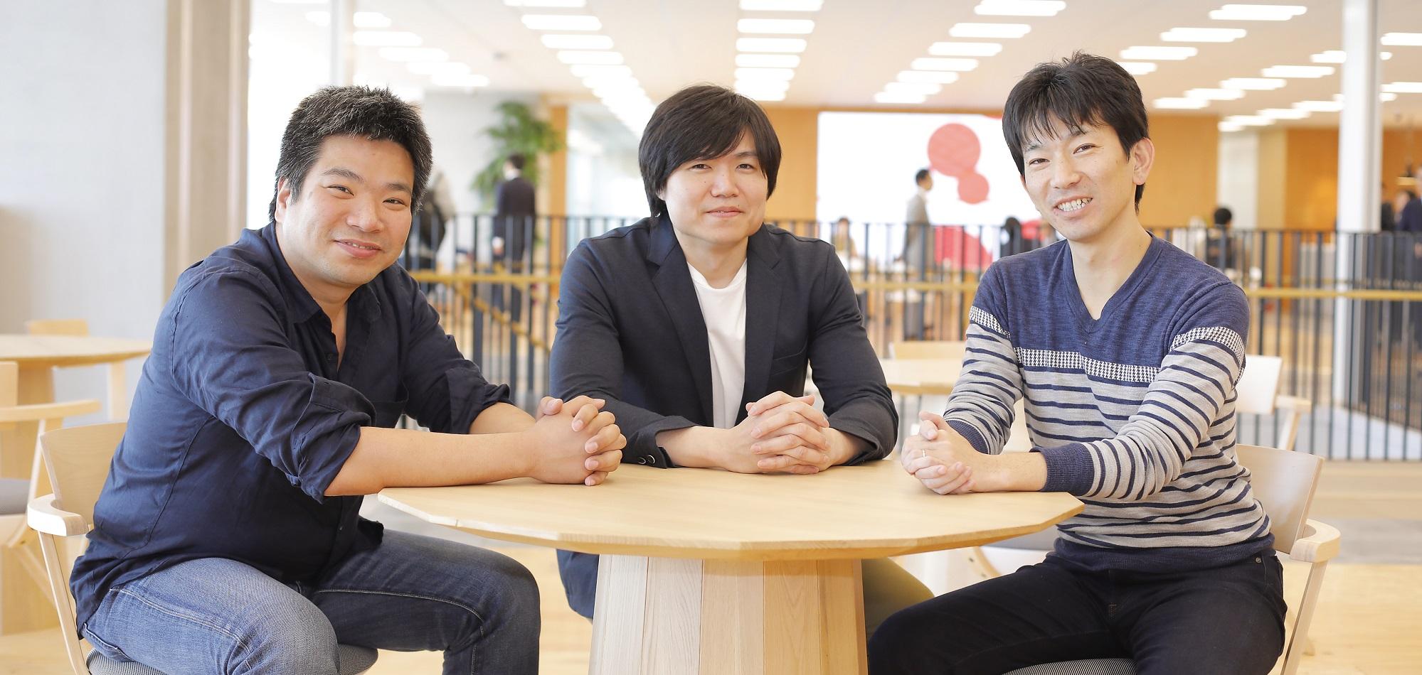 三名の部長が並んで居座っている様子の写真