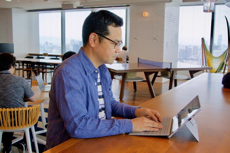 パソコンに向かう田中の写真