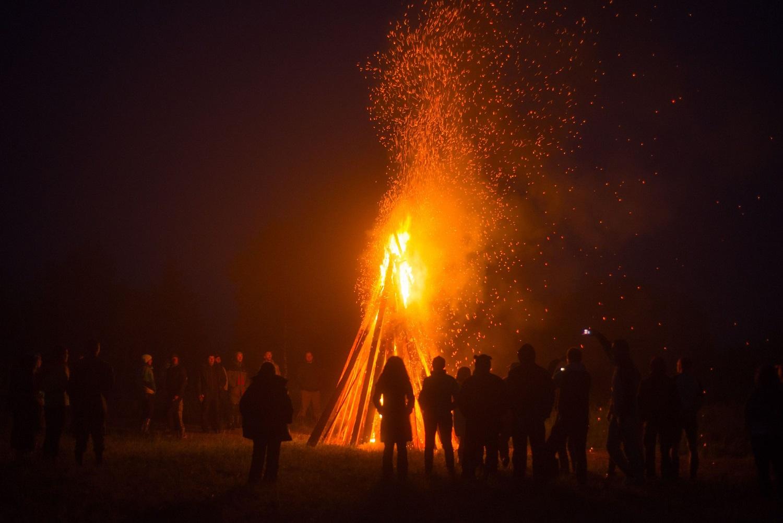 大きなかがり火の写真