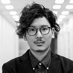 岡の顔写真。モノクロ写真で眼鏡をかけている。