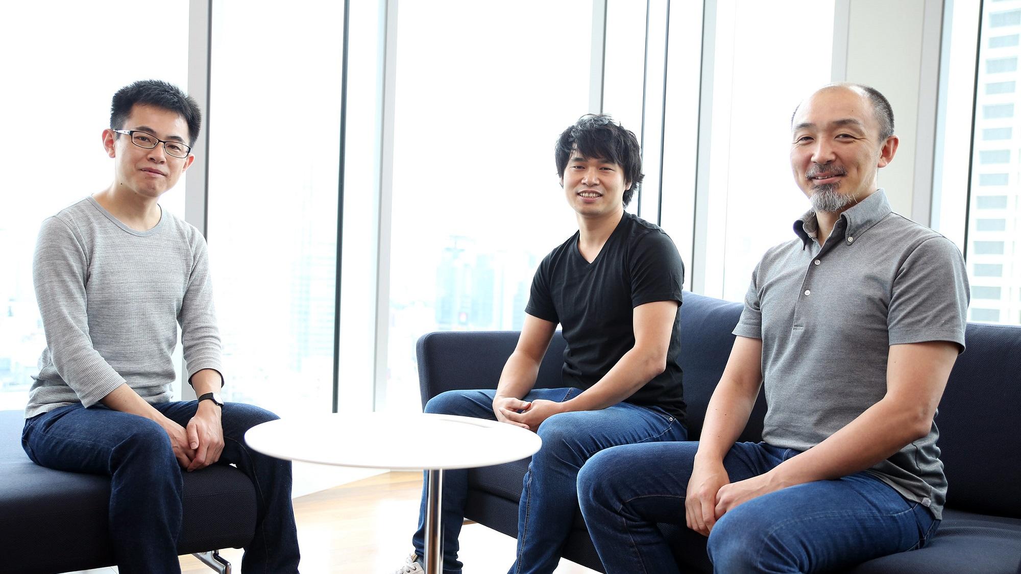 セキュリティに関わる社員3名が並んで座っている様子の写真