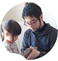 中野の顔写真。娘にスマホの画像を見せている。