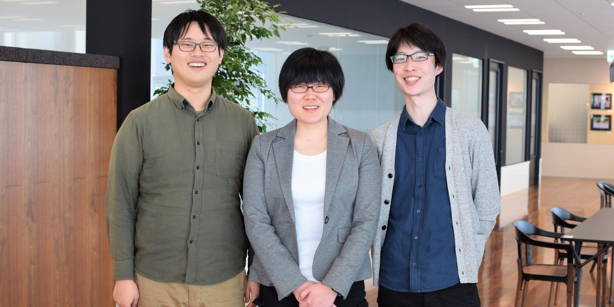 数学同好会のザンイイヤンと上岡雄太郎、三原千尋が並んで写っている画像