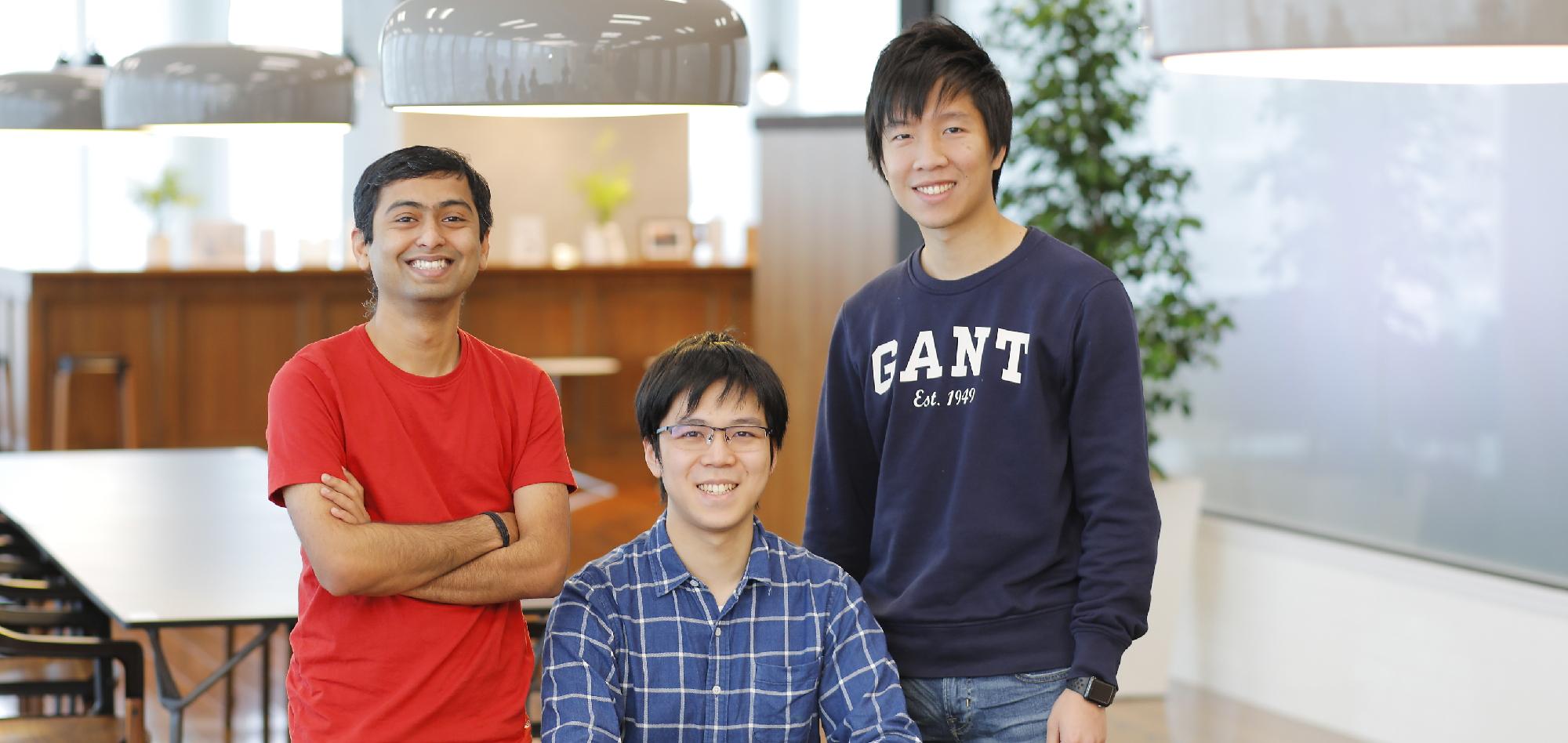 グローバル社員3名が並んでいる画像