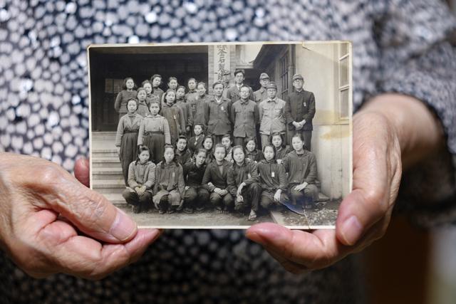 製鉄所に勤務していたころの千田さん(後列左から5人目)と同僚ら=16年8月