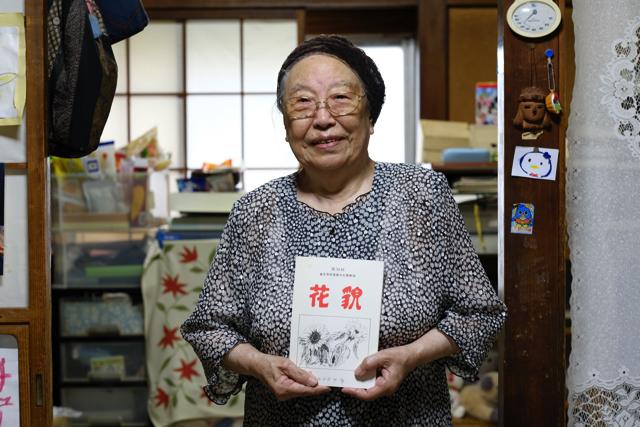 自らが編集していた同人文芸誌「花貌(かぼう)」を手にする千田さん=16年8月