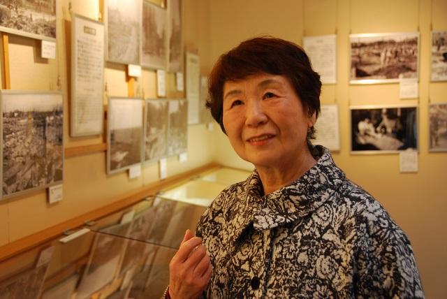 東京大空襲・戦災資料センターで語り部を続けている二瓶治代さん=17年2月