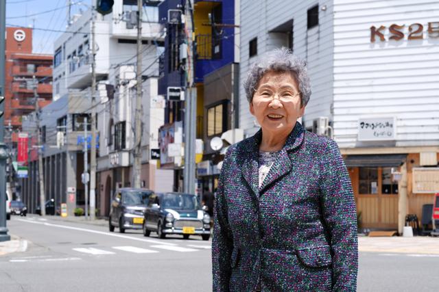 空襲当時、自宅があった付近に立つ富岡せつさん=2016年6月