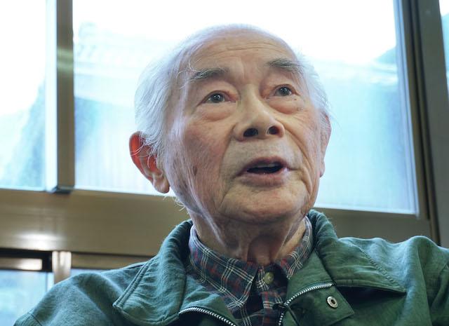 鳥取県大山町を襲った空襲を振り返る吉田広重さん=2017年12月