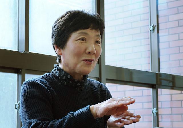 インタビューに応じる杉谷安也女さん=2017年12月