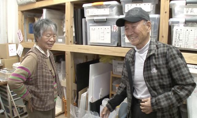 共に活動を続ける、元教員の井形敏子さんと=2018年3月