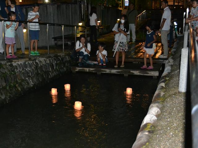星川での慰霊の灯籠流し=2018年8月16日(埼玉新聞社提供)