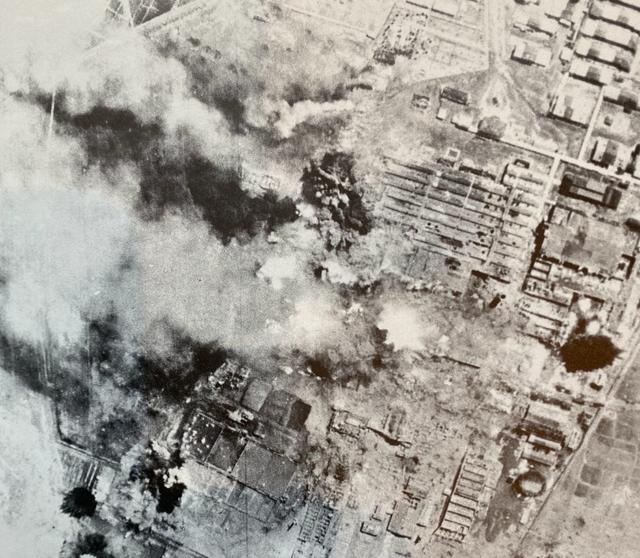 爆撃を受ける日東紡績富久山工場=1945年4月