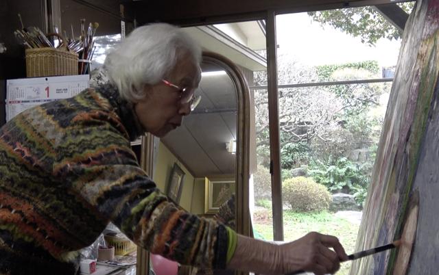 油絵に取り組む赤木満智子さん=2020年2月筆者撮影