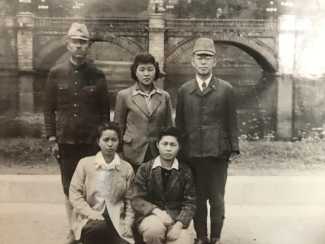 空襲の当日 二重橋前で撮影した記念写真 左下が赤木さん