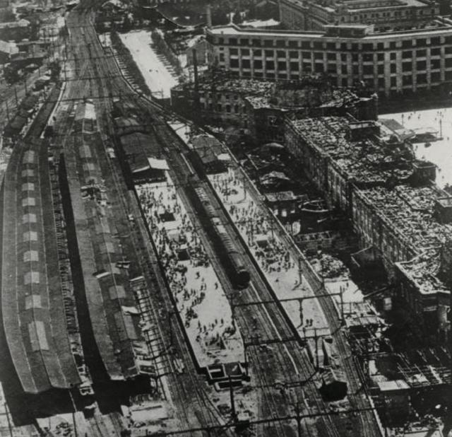 画面右が名物のドーム型屋根が焼け落ちた東京駅の駅舎 右上が東京中央郵便局=終戦直後