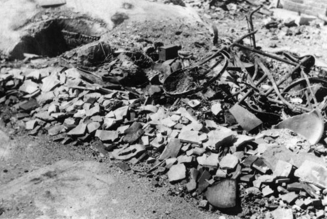 街並みを奪った徳島大空襲。大量のがれきや自転車の残骸が見られる=徳島県立博物館提供