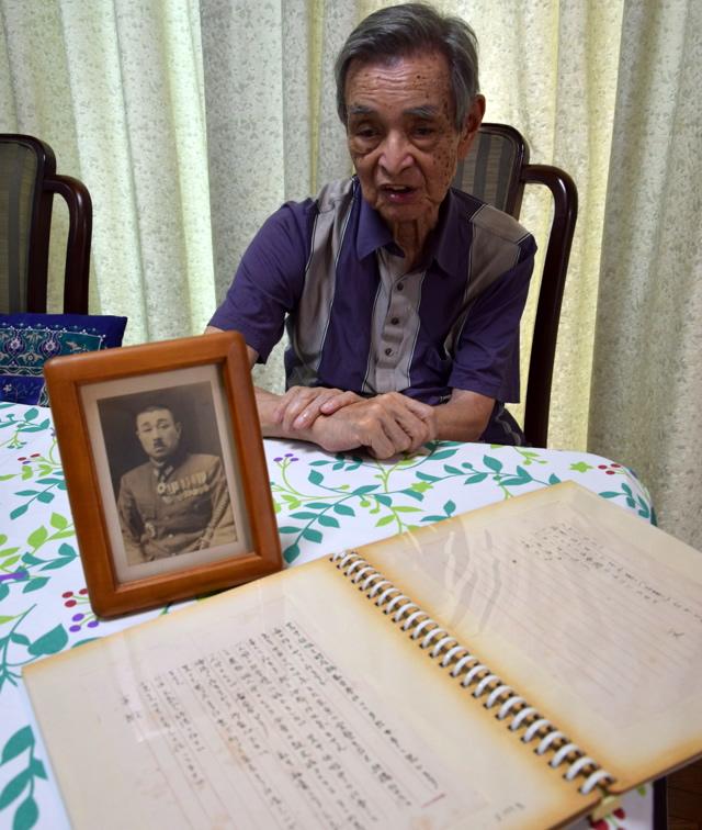 手紙と写真を前に「優しくしてもらった思い出しかない」と生前の父について語る大須賀直さん=2020年7月、茨城県内の自宅(酒井聡平撮影)