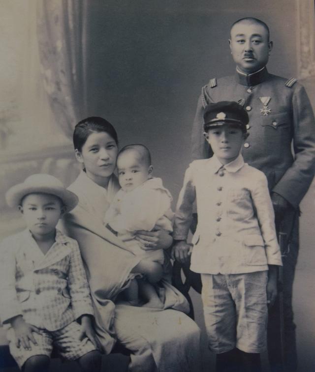 戦前に撮影されたとみられる家族写真。右端が大須賀応少将で、右から3人目が直さん(大須賀直さん提供)