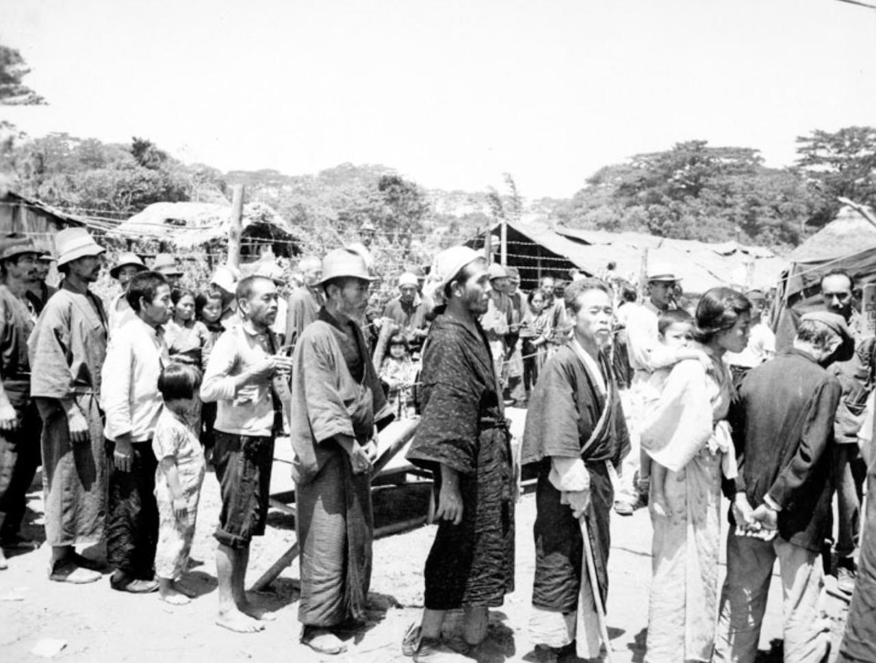 収容所に収容される人たち
