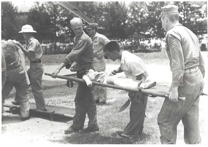 怪我を負って病院へ搬送される児童