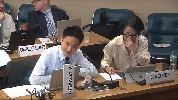 国連インターネットガバナンスフォーラムのマルチステークホルダー諮問グループ第二回会合にて,ヤフージャパンの社員が発言している様子をとらえた写真。