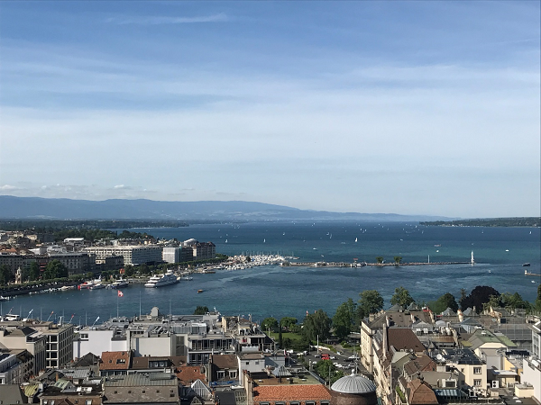 サン・ピエール大聖堂の展望台から見たレマン湖をとらえた写真。