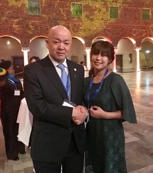 日本政府のコミットメントを発表した堀井学外務大臣政務官と記念撮影