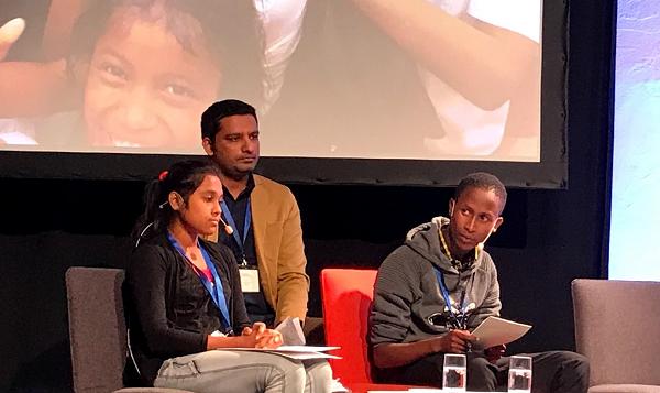 子どもの代表としてスピーチをするタンザニアの学生(右)