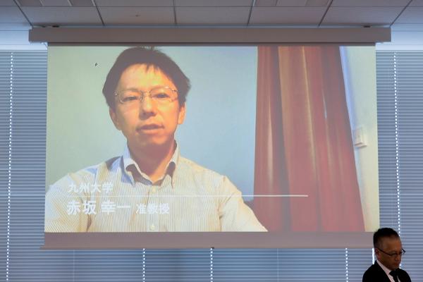 赤坂准教授がビデオ出演し、国会での野党権限拡充が必要だと語る様子
