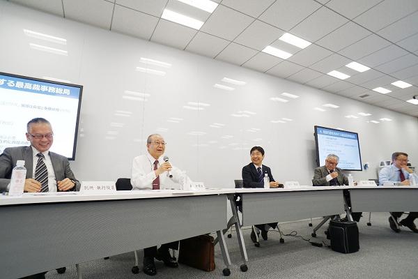 第5回「憲法について議論しよう!」の登壇者(宍戸教授、泉先生、笹田教授、棟居教授、別所執行役員)の様子