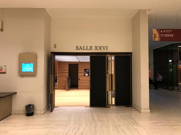 第五回最終会合が開催された会議室の入り口の写真。