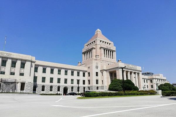 雲ひとつない晴天と国会議事堂